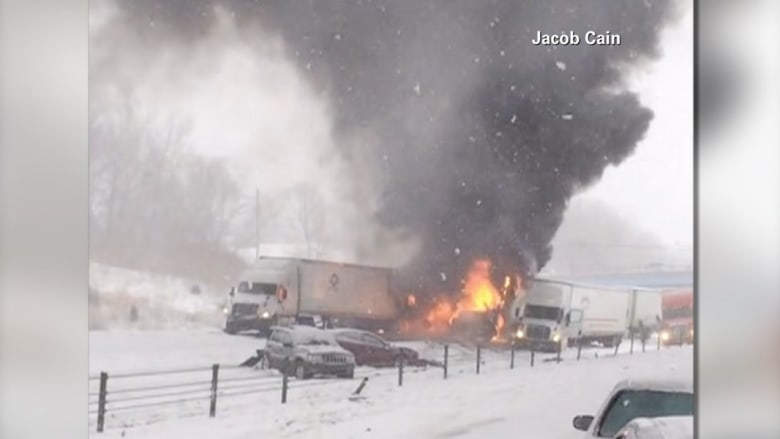حريق يلتهم عددا من السيارات في حادث مروع