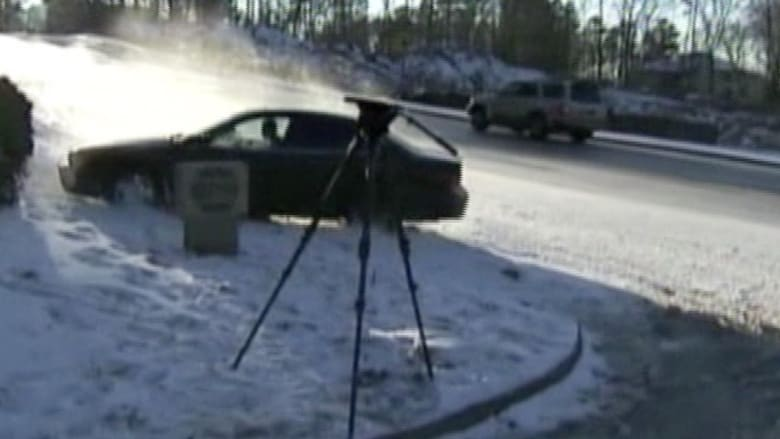 بالفيديو.. سيارات تفقد السيطرة على طريق سريع بأمريكا
