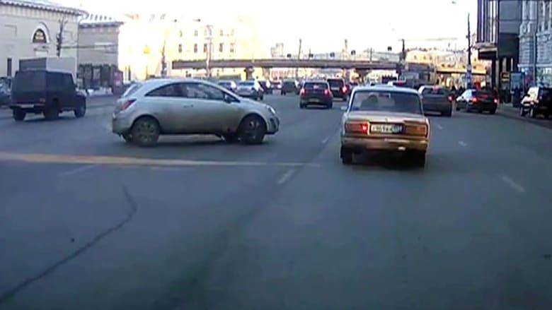 سائق يتفادى بأعجوبة تصادما مريعا
