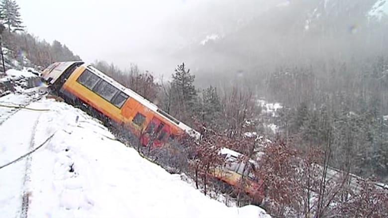 انزلاق صخرة كبيرة يخرج قطارا عن مساره