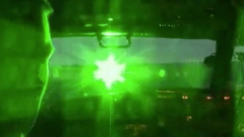 الليزر يهدد الطائرات بأمريكا وFBI تحذر من كوارث جوية