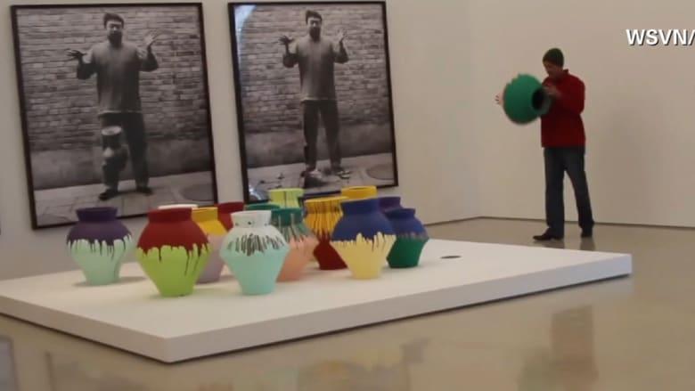 بالفيديو.. فنان يحطم مزهرية قيمتها مليون دولار