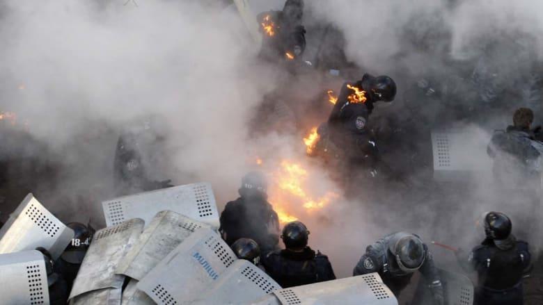 أوكرانيا: مقتل 14 متظاهر وإحراق مقر الحزب الحاكم في كييف