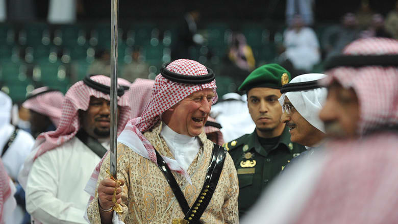 الامير تشارلز يرتدي الزي السعودي التقليدي وهو يرقص حاملا السيف
