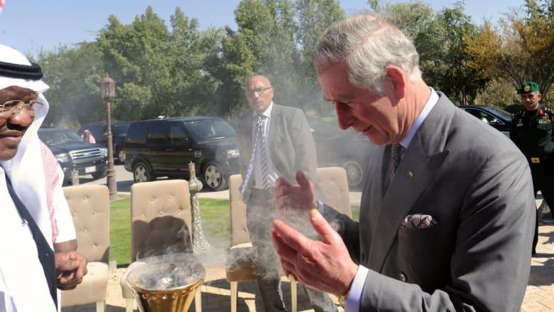 الأمير تشارلز يستنشق رائحة البخور