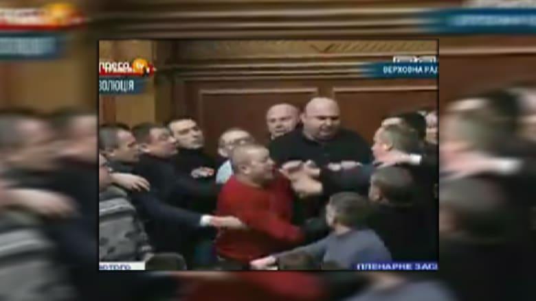 بالفيديو.. أوكرانيا .. عنف الشارع ينتقل إلى البرلمان