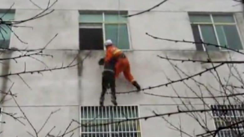 بالفيديو..ماذا حدث بعدما ألقت بنفسها من النافذة؟