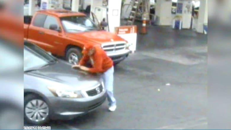 """ثلاثيني """"غاضب"""" يدهس مسناً بسيارته بمحطة وقود"""