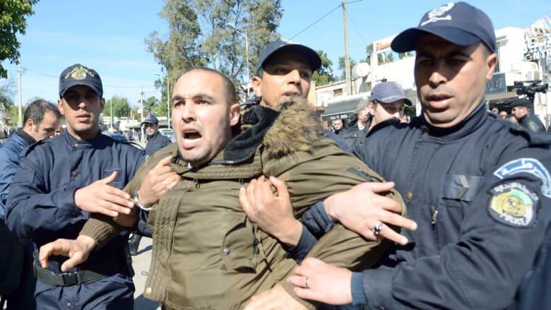 الجزائر: تواصل الاحتجاج على ترشح بوتفليقة واحتجاز صحفية للحظات