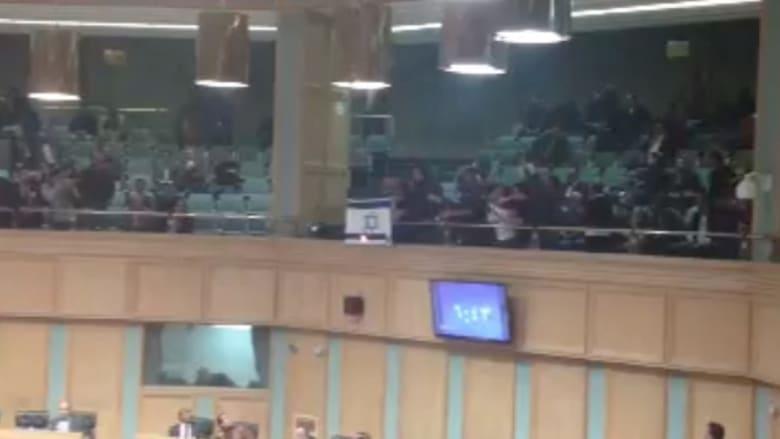محتجون أردنيون يحاولون إحراق العلم الإسرائيلي في البرلمان