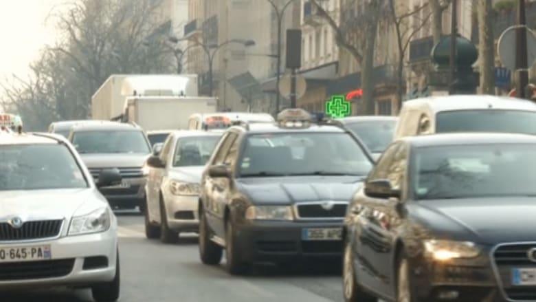 فرنسا تفرض حظراً على السيارات للحد من التلوث