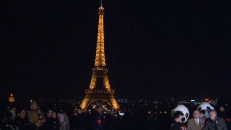 شاهد برج إيفل لحظة إطفاء أضواءه بساعة الأرض