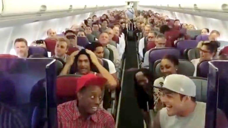 """طاقم """"ليون كينغ"""" يفاجئ ركاب طائرة بأغنية"""