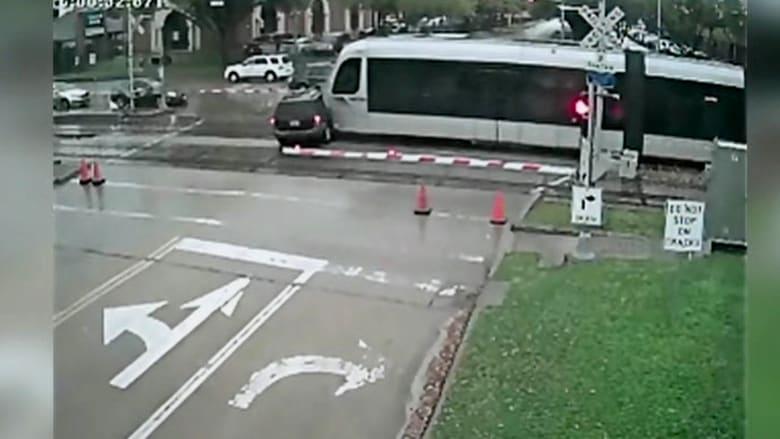 قطار يحطم سيارة ونجاة ركابها بأعجوبة