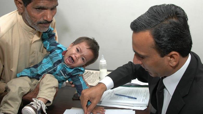 """شاهد """"تبصيم"""" الرضيع  الباكستاني بعد اتهامه بمحاولة قتل"""