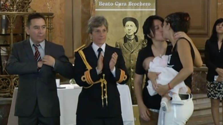 تعميد ابنة مثليتين.. عصر جديد للكنيسة الكاثوليكية؟