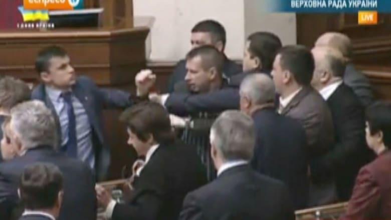 عراك بالأيادي في البرلمان الأوكراني