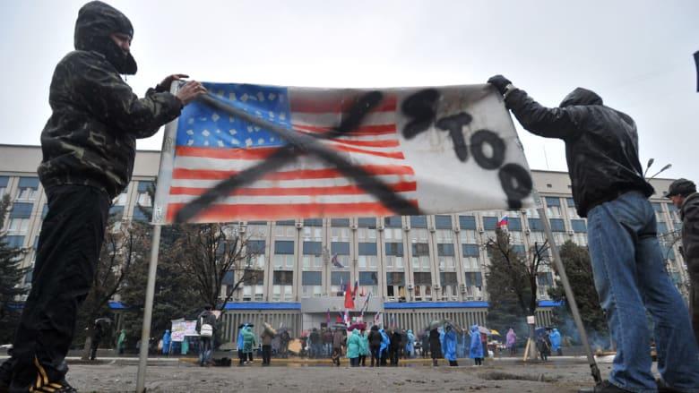 مسلحون ملثمون يحتلون مبنى للشرطة في شرق أوكرانيا