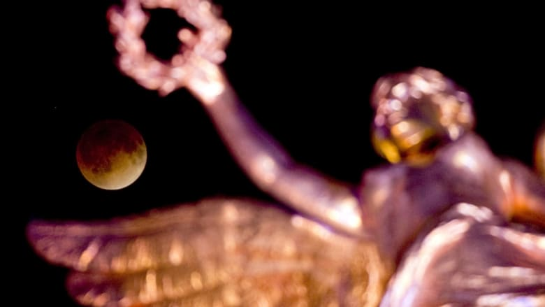 القمر كما بدا من على نصب الاستقلال في مدينة المكسيك
