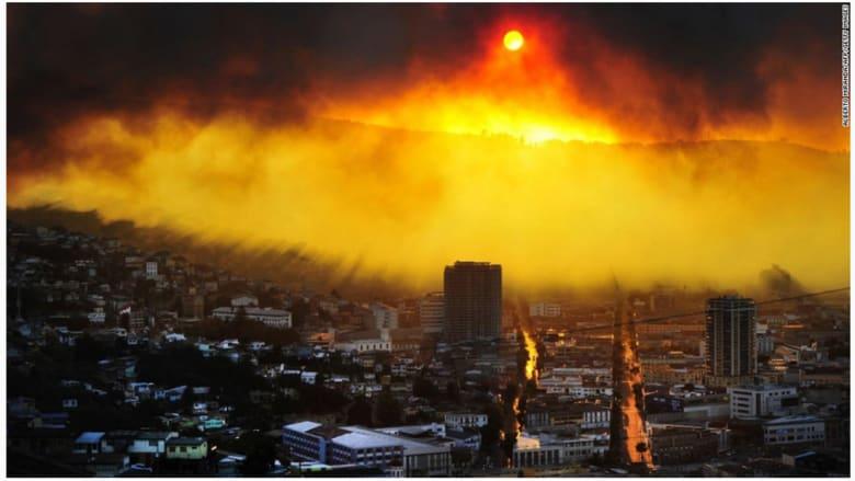 هشيم يحترق في فالبارايسو في شيلي.