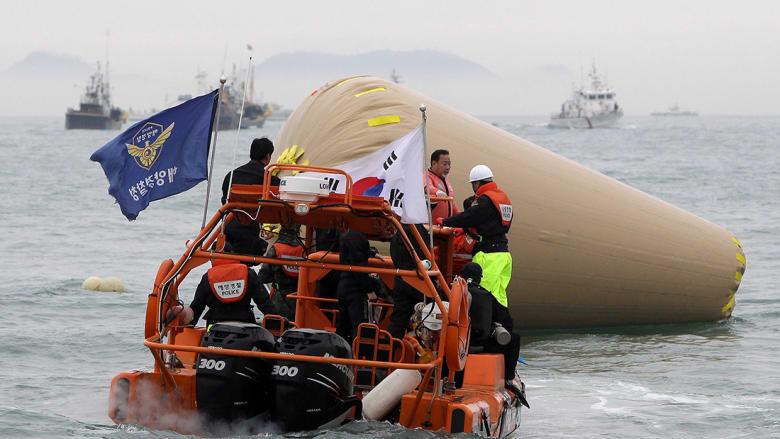 عمليات بحث وانقاذ يقوم بها خفر السواحل في كوريا الجنوبية بعد غرق سفينة ركاب.