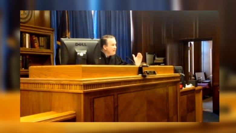 بسبب بشاعة جريمتها.. القاضي ينفعل ويتمنى الموت للمتهمة