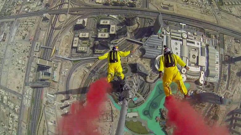 مغامران يقفزان من قمة برج خليفة الأعلى بالعالم