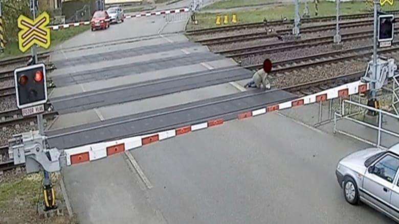 عجوز ينجو بأعجوبة من مواجهة مع قطار فائق السرعة!