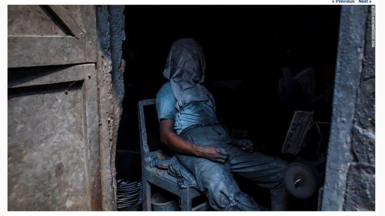 عامل يأخد قسطا من الراحة في ورشة العمل في اندونيسيا في يوم العمال العالمي