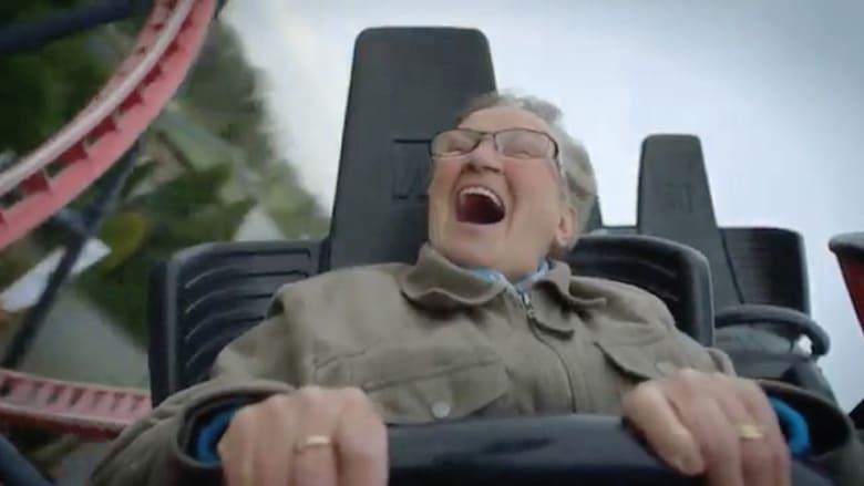 شاهد: عجوز تركب اللعبة الأفعوانية للمرة الأولى في حياتها