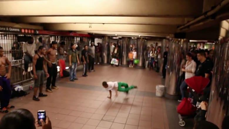 يرقصون في قطارات نيويورك للحصول على قوت يومهم