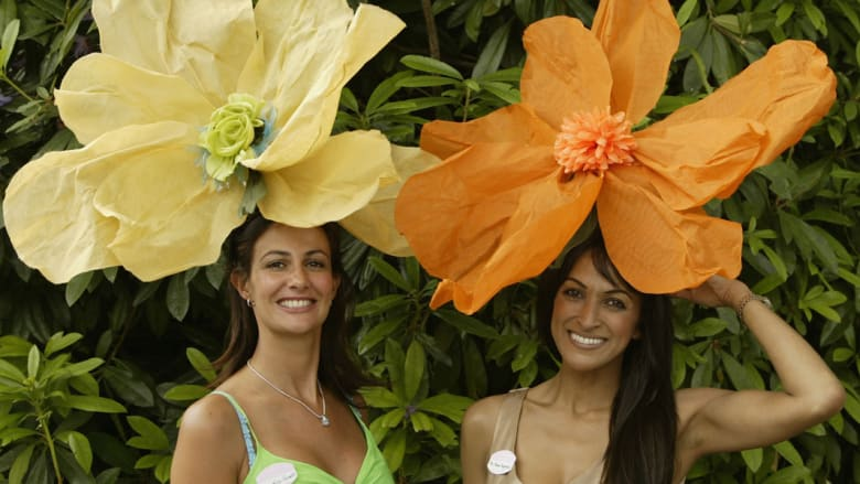 كيد النساء في سباقات الخيل.. قبعاتهن