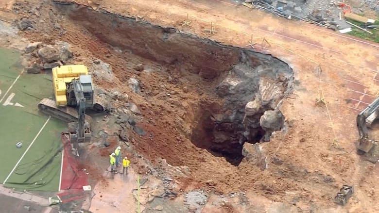 حفرة ضخمة تبتلع ملعبا في تينيسي