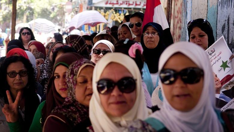بالفيديو.. المصريات يقفن في صف الانتظار لانتخاب الرئيس