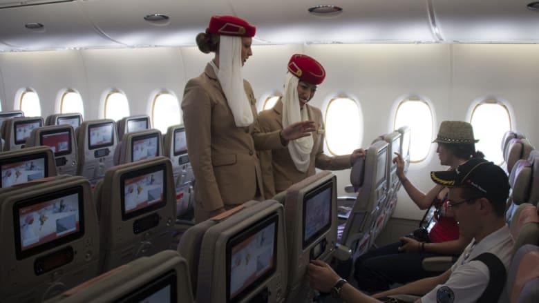 زوار يتقفدون مزايا الطائرة برفقة مضيفات طيران الإمارات