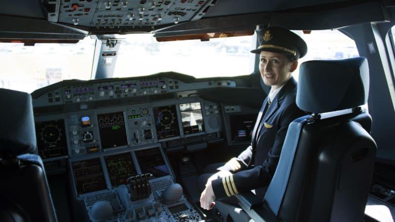مساعدة الطيار في قمرة قيادة طائرة ايرباص A380 التابعة لطيران الإمارات