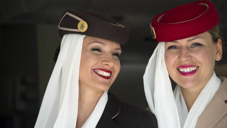 مضيفات من طيران الإمارات في طائرة ايرباص A380 خلال معرض برلين للطيران