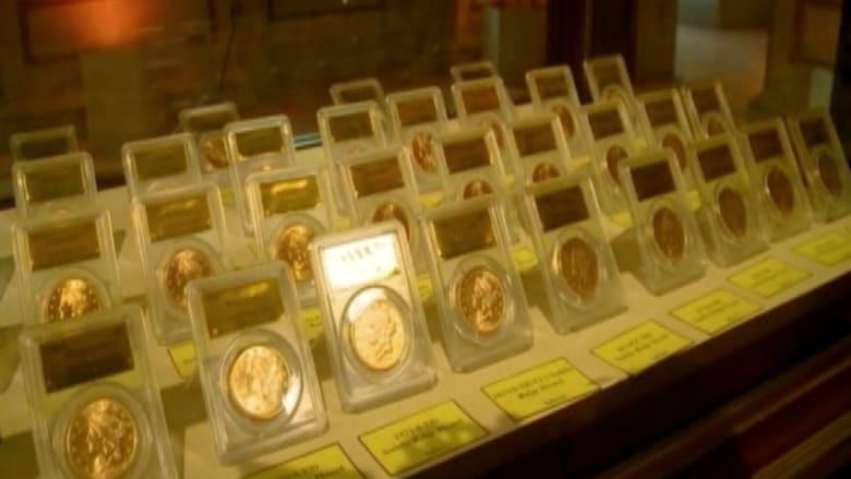 زوجان يعرضان كنزاً من العملات الذهبية عثرا عليه بالصدفة!!