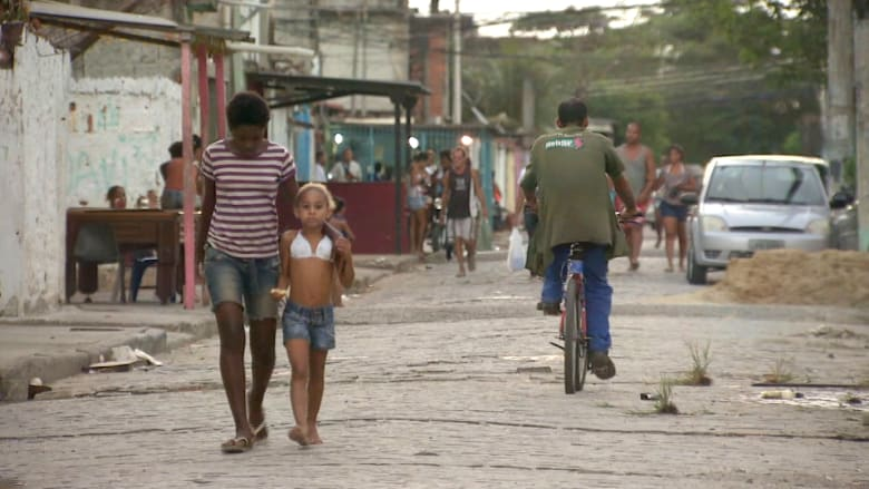أطفال يلعبون بين البنادق وتجار المخدرات