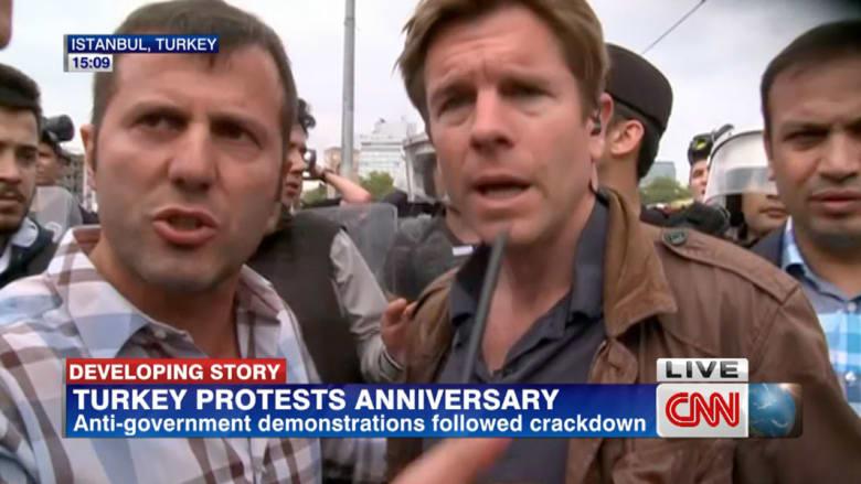 تركيا: مراسل CNN يتعرض لمضايقات من الشرطة على الهواء