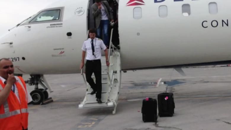 مسافرون ينتظرون قائد طائرة تغيّب لأكثر من 24 ساعة.. دون جدوى!