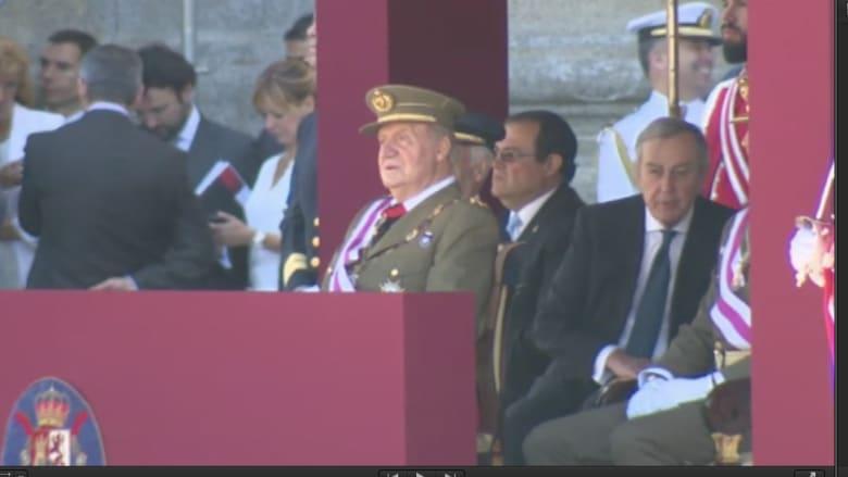 بعد تنحيه عن العرش خوان كارلوس يظهر باللباس العسكري