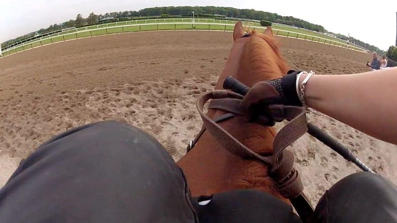 سباق الخيول كما لم تره من قبل.. هذا ما يشاهده الفارس خلال السباق
