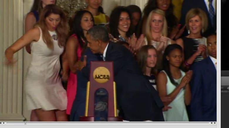 أوباما يحاول انقاذ سيدة من سقطة عن المنصة