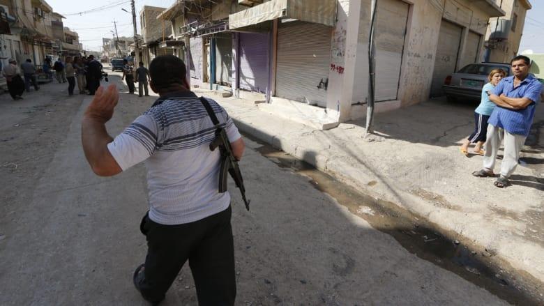 مسلح في أحد شوارع بلدة برطلة إلى الشرق من الموصل حيث ما زال هناك وجود لبعض عناصر الشرطة بحراسة الكنائس