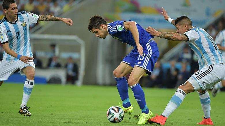 منسور ماجدوسا من بوسنةوهرسك وأنجيل دي ماريا خلال المباراة.