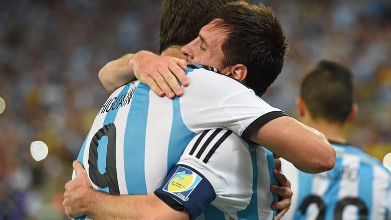 ليونيل ميسي وغونزالو هيغوين يحتفلان بالفوز