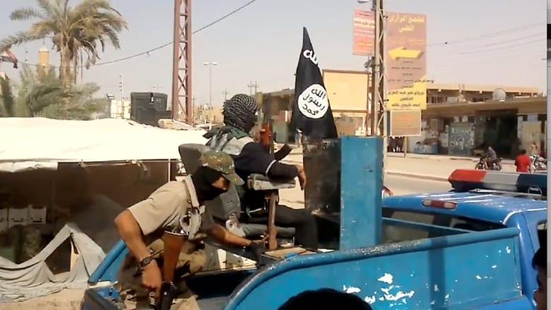مقاتلو داعش يجوبون شوارع بلدة القائم على الحدود مع سوريا