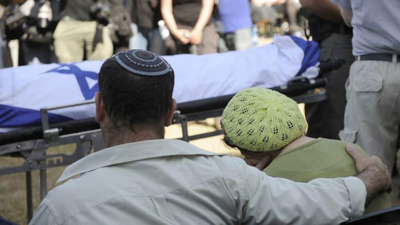 والدا الشاب الإسرائيلي نافتالي فرينكيل، يبكيان أمام جثة ابنهما، الذي كان من بين الشبان المخطوفين الثلاثة، في جنازته الأربعاء، وبعدها حاصرت القوات الإسرائيلية مدينة الخليل.