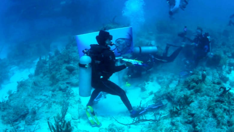 شاهد فنانا يرسم لوحة في أعماق البحر